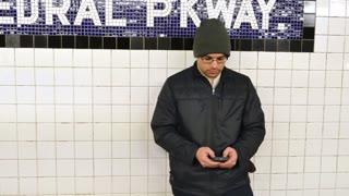 4K Man Steals Smartphone in Subway Station