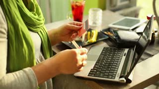 Woman paid somethink on laptop in cafe