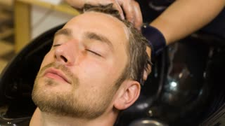 Wash the head in a hairdressing salon
