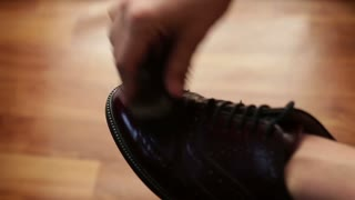 Men to care for leather shoes