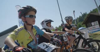 Children are starting mountain bike race.