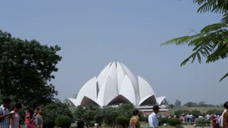 WS Crowds outside Lotus Temple / New Delhi, India