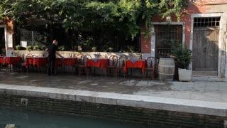 WS LD Man Setting Up Cafe / Venice, Italy