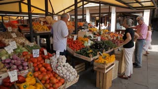 WS LD People Buying Fruit and Vegetables in Market / Venice, Italy