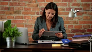 Businesswoman works on tablet