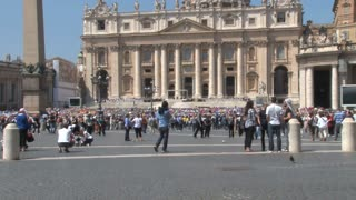 Crowd in St. Peters Square Zoom Out
