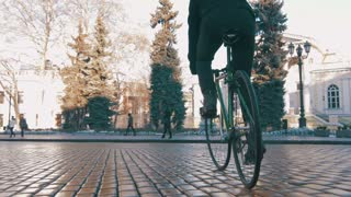 Guy riding fixed gear bike in city centre, 4k
