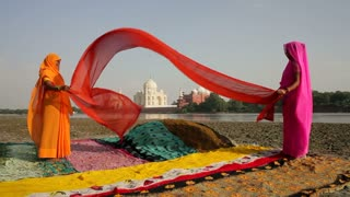 Taj Mahal, UNESCO World Heritage Site, across the Jumna Yamuna River, Women drying colourful Saris, Agra, Uttar Pradesh state, India, Asia, MR