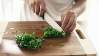 woman slicing bazylia mint zioła chopping board 2, slow motion shot at 240fps