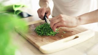 woman slicing bazylia mint zioła chopping board, slow motion shot at 240fps