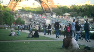Couple kissing sitting on Loan near Eiffel Tour - Evening romance in Paris