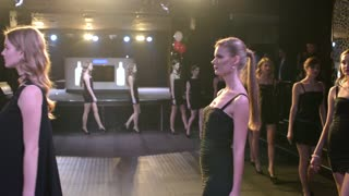 Fashion Bright Show Slender Young Girls Models Walking On A Catwalk