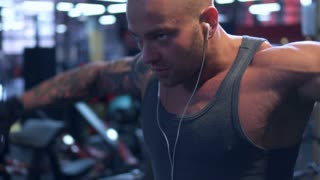 man training shoulders with dumbbells