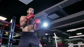 Boxer fulfills blows in the ring