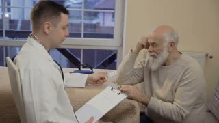 Doctor prescribe pills to old man