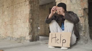 Homeless views bitcoin and put it into pocket