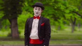 Mime does perfomance in the park