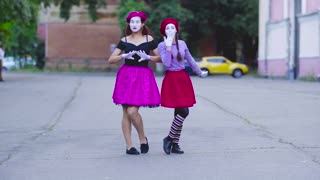 Two mimes girls show themself at the street