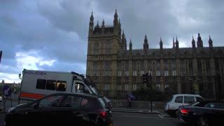 4K London City Trafic Slow Mo Pan Up To Big Ben Paralement England