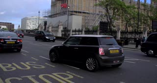 4K Big Ben Slow Motion London Parlement Buildings City Traffic Urban Street Bustle Humanity Tilt Up
