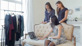Girls shopaholics to shop online