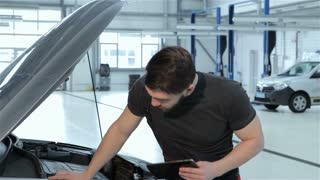 Mechanic records car problems to the tablet