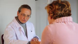 A female experienced doctor defines and prescribes a medical treatment