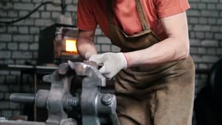 Blacksmith gets tired in the grip of the workpiece knife