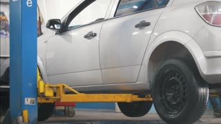 Lifted car in professional service - the collapse of convergence - process repairing