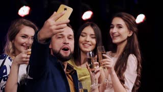 group of friends at a party drinking champagne do Selfies phone