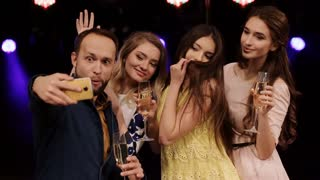 group of friends at a party drinking champagne do Selfies smartphone