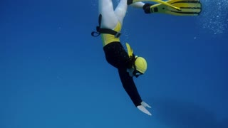 A pretty woman free diving