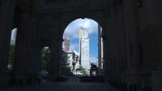 Architectural compositions of New York. The camera moves through an arch in Roman style to a skyscraper in the heart of Manhattan. Dolly shot.