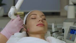 Spa. Laser treatment of the skin of the chin and cheekbones.