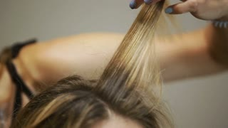 Close-up. Salon. Naches, perms Hairstyle at the blonde Hairpins