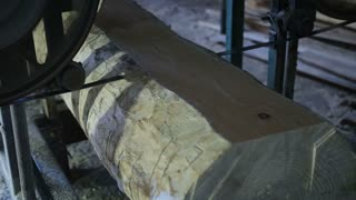Sawing boards from logs with band saw