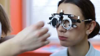 Optician with equipment for lens determination