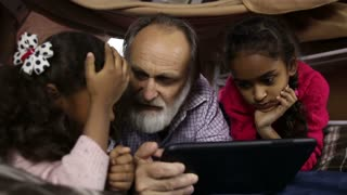 Smart kids explain how to use internet to grandpa