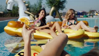 Friends enjoying drinks at the pool, 20s. 1080p Slow Motion Close up