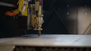 Laser cutting metal process with sparks