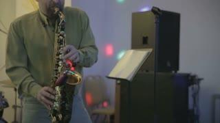saxophonist plays the saxophone