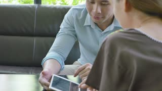 4K : Asian Businessman and woman meeting in coffee shop