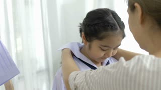 4K : Slow motion of mother helping her's young daughter prepare to school