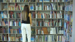 A female college student studies in the library.