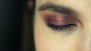 The eye green-eyed girl opens eyes
