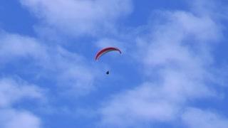 Footage of a para glider enjoying the flight...