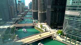 Chicago River with boats, bridges and traffic in Downtown Chicago