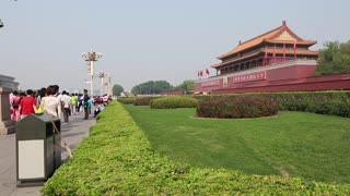 people at the gate to the forbidden city