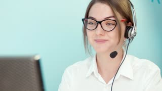 Woman solves the problem of the customer call center