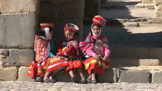 3 girls in typical Peruvian cloths at the market in Ollantaytambo